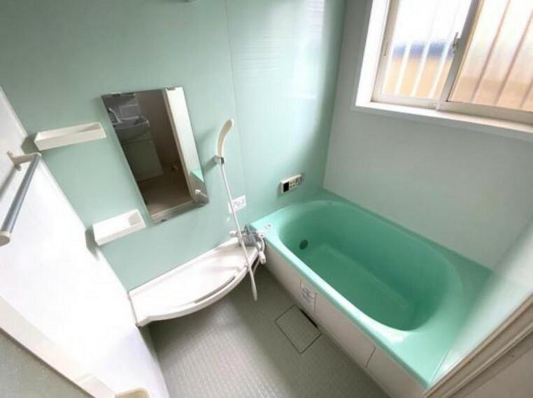 浴室 清潔感のある、明るい浴室は小窓があり換気ができますね!