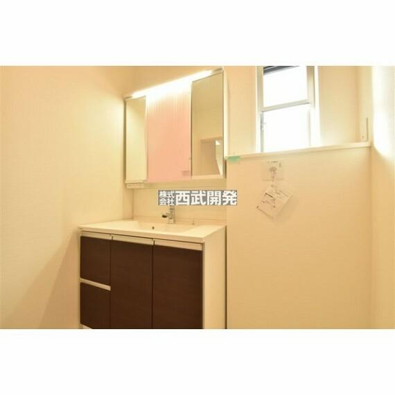 洗面化粧台 収納力と機能性に優れた三面鏡洗面化粧台です!!鏡の裏は収納スペースになっていますので、すっきり清潔に保てます!