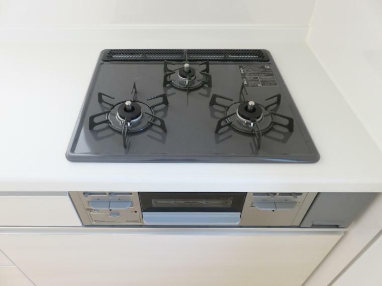 キッチン 3口全てに温度センサーが付き、片面焼きグリルも搭載して安全で機能的なガスコンロです。