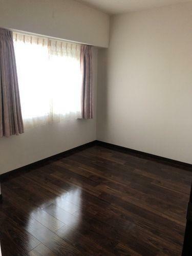 子供部屋 大き目な窓がある洋室です。