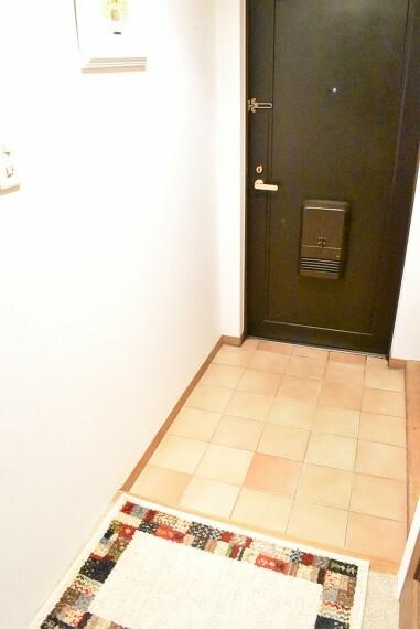 玄関 床のタイルが明るい色で華やかな雰囲気でお客様をお迎えできますね。 玄関が華やかだとお家に帰ったときに気分も上がりますね
