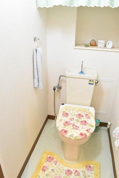 可愛らしい色調のトイレ<BR/>タオル掛けもついていて便利です。<BR/>棚がついていますのでお花や置物を飾ったらオシャレな空間になりそうですね。