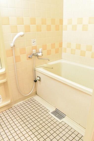 浴室 壁のタイルが可愛らしい浴室 ゆったりと湯船に浸かってリラックスできそうですね