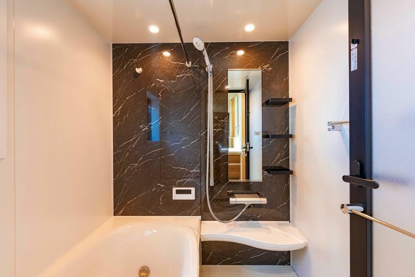 浴室 浴室暖房乾燥機つきで雨の日や花粉・黄砂が気になる時だって楽々お洗濯。また、暖かく快適な入浴でリラックスタイムを。