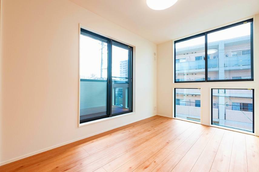 洋室 降り注ぐ太陽でお部屋は明るく、 でも、Low-Eガラスのペアガラスで遮熱断熱。