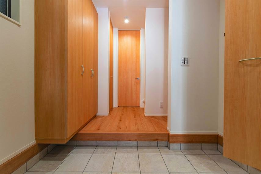 玄関 玄関はその家の顔に当たります。 お客様を迎えるにも広く感動できるスペースでありたいと思い仕上げました。