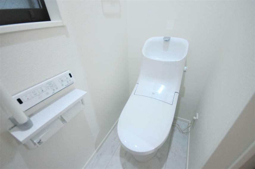 トイレ 節水シャワートイレ ペーパーホルダーは2連式
