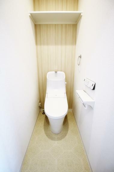 同仕様写真(内観) 施工事例。トイレは2ヵ所が標準仕様。窓があるプランです。