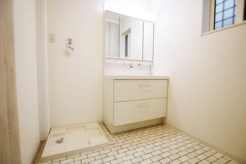 同仕様写真(内観) 施工事例。洗面台も収納豊富です。洗濯機置場はバルコニーのある2階に設け、洗濯物を抱えて階段を上る必要のないプランです