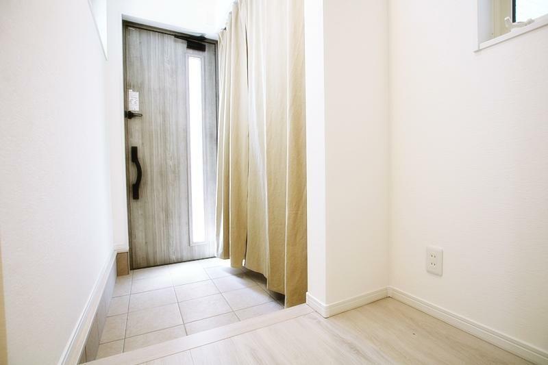 同仕様写真(内観) 玄関の施工事例です。ゆとりある玄関スペース。仕様についての資料など郵送にてご対応可能です。資料請求もお気軽にご相談ください。