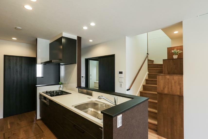 キッチン 自由な動線を生むアイランド風キッチン。開放的で効率良く作業ができます(7号棟)