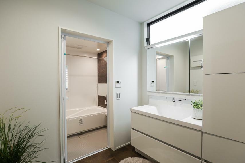 洗面化粧台 白を基調とした爽やかな洗面室。大容量の収納を備えています。(7号棟)