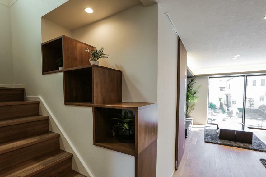 居間・リビング 階段にしつらえた造作棚はお気に入りの写真や小物をディスプレイすることができます。(7号棟)