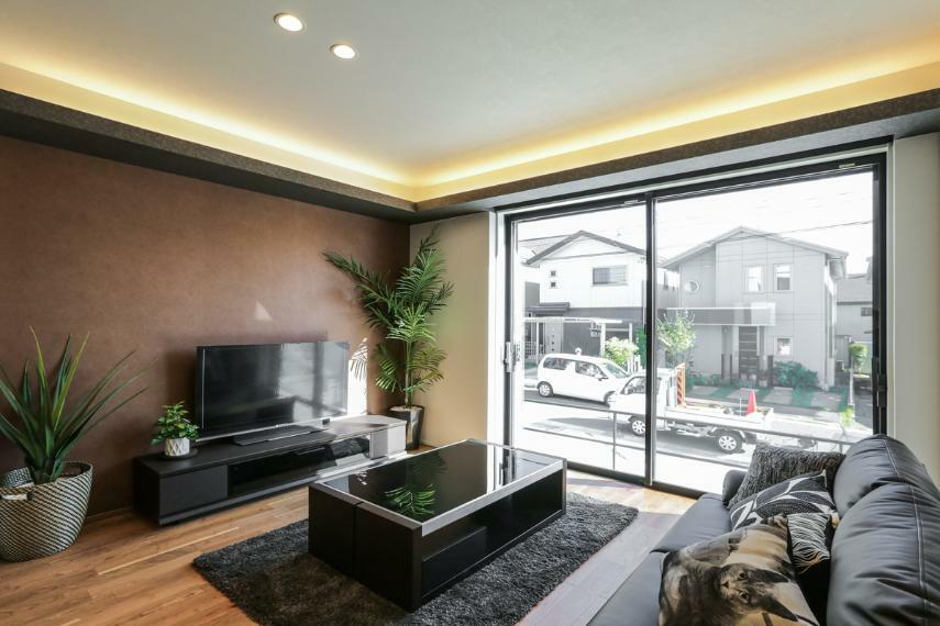 居間・リビング デザイン性の高い「折り上げ天井×間接照明」がワンランク上の空間を演出します。(7号棟)
