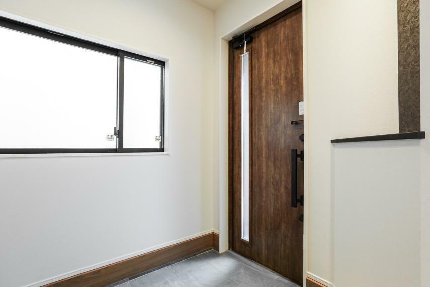 玄関 家族やお客様を気持ちよく迎える、明るい玄関。(7号棟)