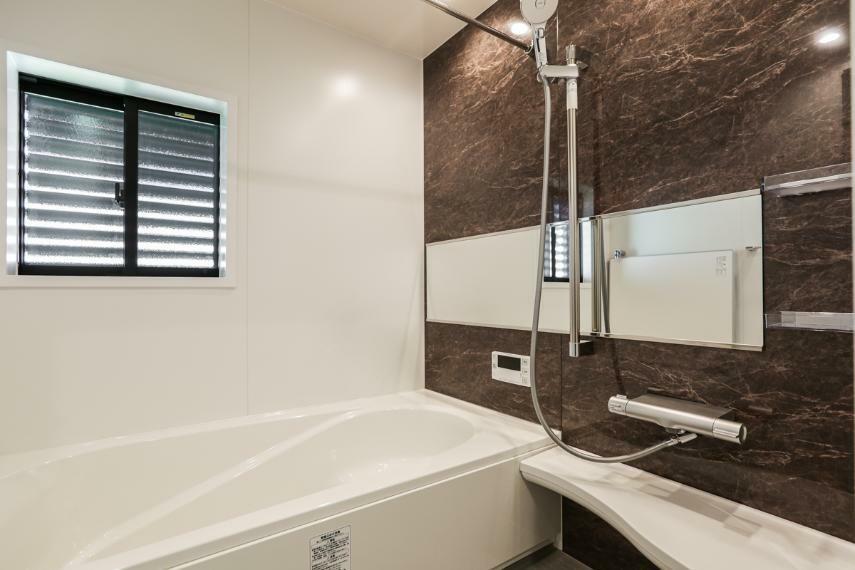浴室 高級感あふれるバスルーム。浴室内の湿気を除去してくれる除菌イオン機能付浴室暖房乾燥機を設置しています。(7号棟)