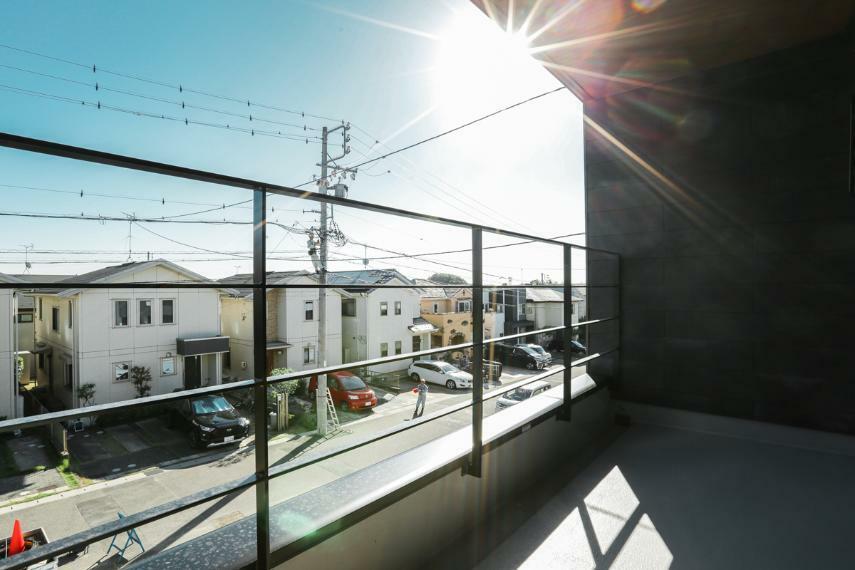 バルコニー 屋根があるのでイスやテーブルを置いてくつろぎスペースとしても利用可能なインナーバルコニー。急な雨でも安心です。(7号棟)