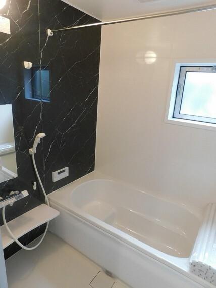 浴室 1日の疲れを癒せる明るい浴室。