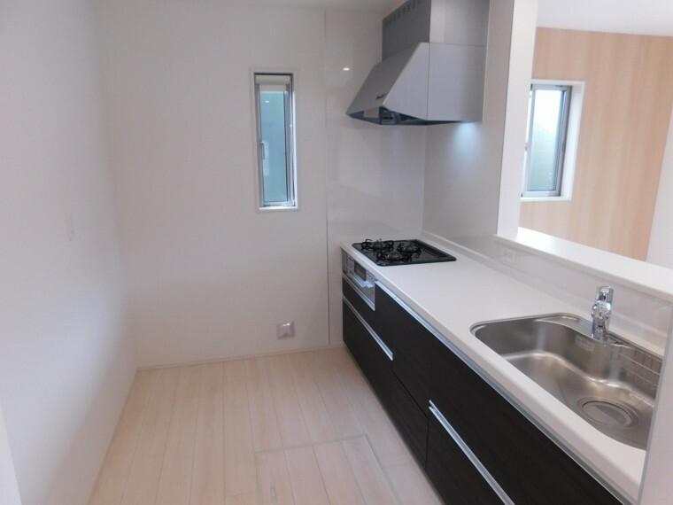 キッチン リビングが見渡せるオープンキッチン。収納も充実しています。