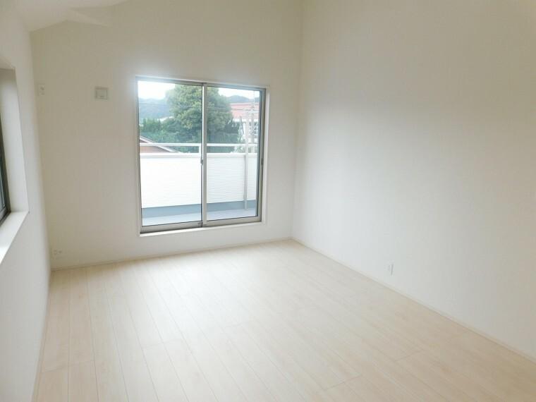 居間・リビング 全室5.25帖以上の2F洋室。各部屋収納完備。