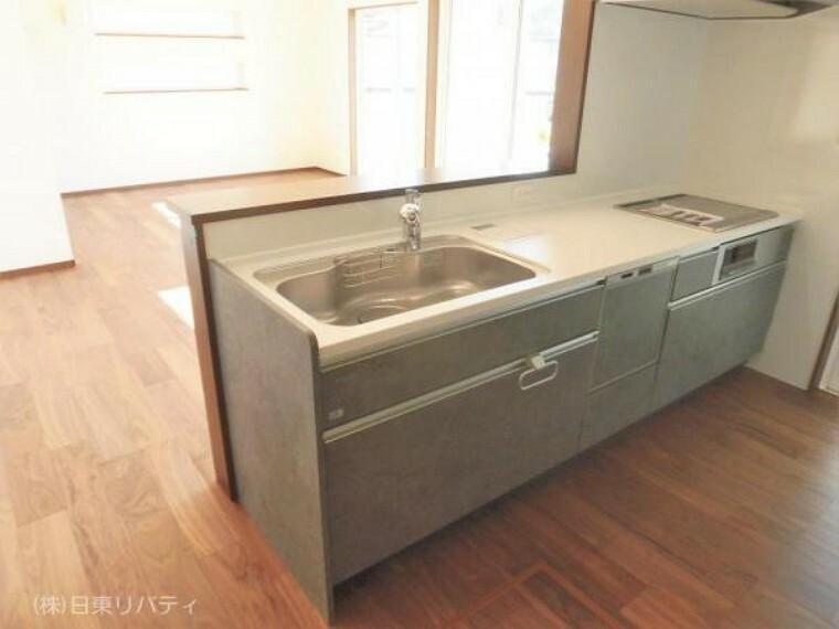 ダイニングキッチン カップボード付のキッチンには食洗機や浄水器・IHクッキングヒーターを完備。