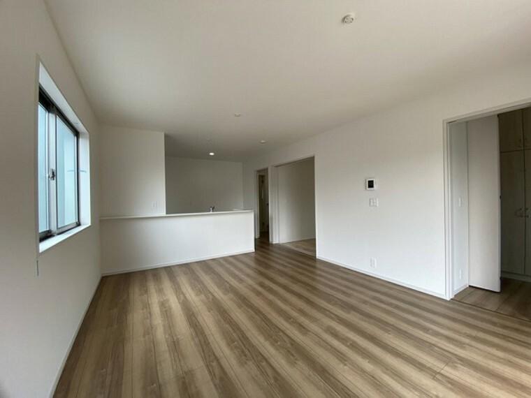 居間・リビング 床材や壁紙など清潔感のある色味を使用。 また室内を明るく見せる工夫もあります。
