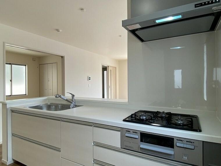 キッチン 白を基調とした清潔感のあるキッチン