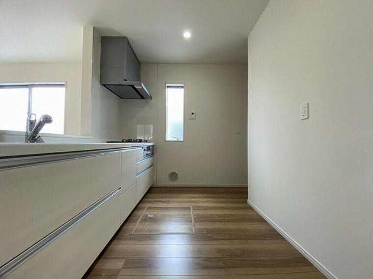 キッチン 光が差し込む窓のある、明るいキッチン 引き出し収納や床下収納庫完備。