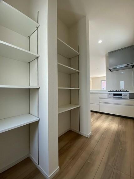 収納 キッチンの後ろに大容量のパントリー(食品保存庫)をご用意しています。 食品や日用品のストックなどにたっぷりご利用いただけますよ!!