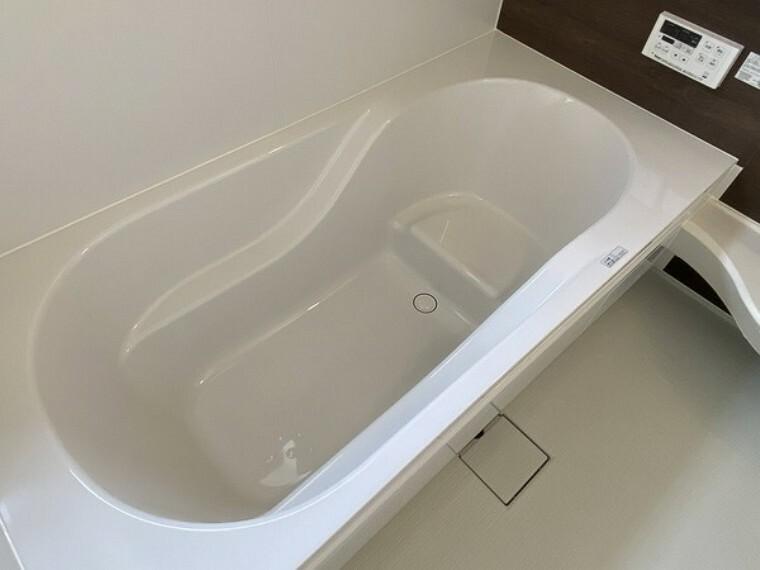 浴室 暖まりよい浴槽で心地よく過ごせます。