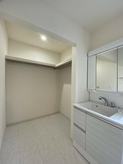 収納 洗面室横に設けられたウォークインクローゼット。 毎日を忙しく過ごされる家族にうれしい収納です。