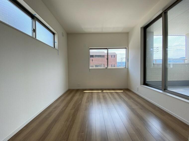 洋室 風の通りの良い三面採光。 東側の壁は早朝時間帯の直接の陽当たりを避けるため、高めに設けています。 ベッドや机などの配置にちょうど良い高さです。