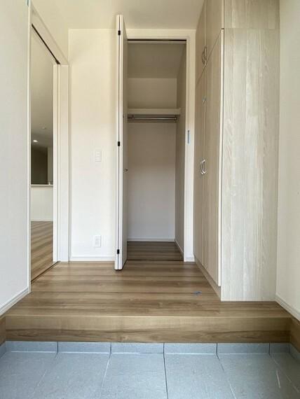 収納 どうしても室内に持ち込みたくないものは玄関ホール内の収納に。 ハンガーパイプもあるので、コートの脱ぎ着などにも便利です。