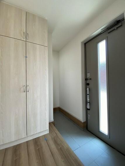 玄関 シューズクロークの他に天井まで届くシューズクローゼット付き。 たっぷりの容量があるので便利に使えます。