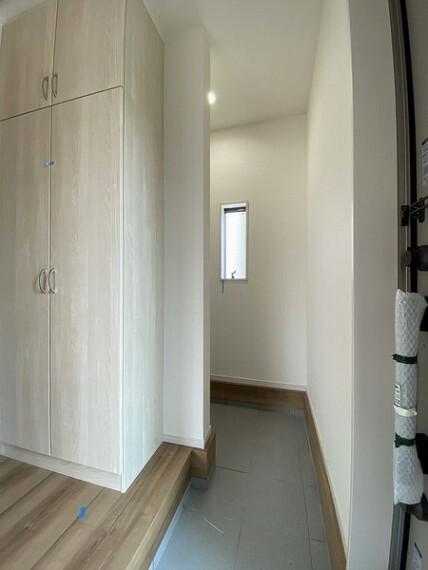 収納 家族の成長に合わせて変化対応が可能な玄関内。 シューズクロークがあるおかげでひろびろと使えます。