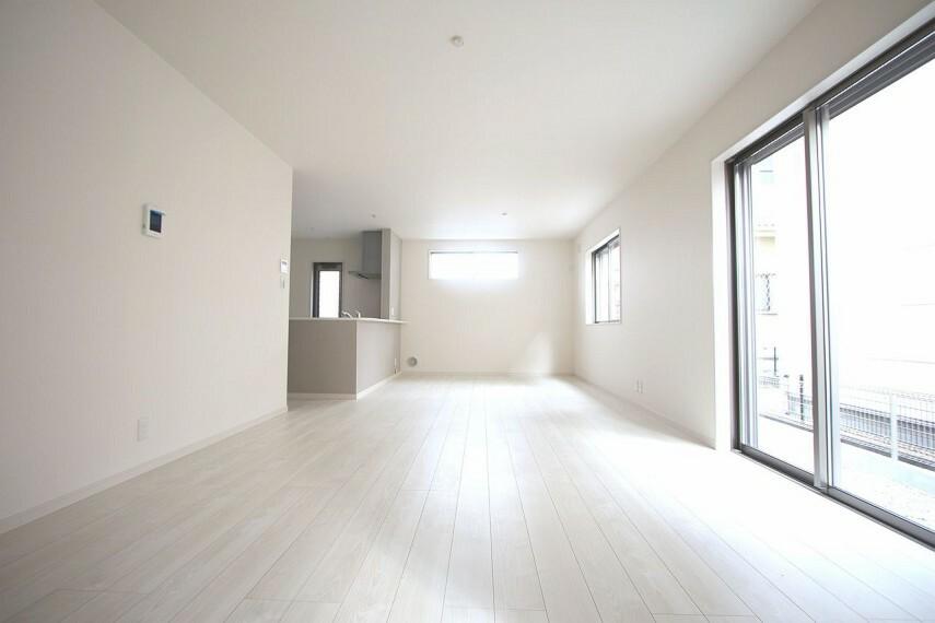 居間・リビング 19.75帖のLDKは是非ご覧頂きたいポイント。 南向きの大変明るいお部屋です。