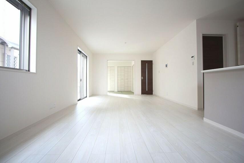 居間・リビング 和室と合わせて24帖の大きな空間。 ご家族の憩いの場にぴったりですね。