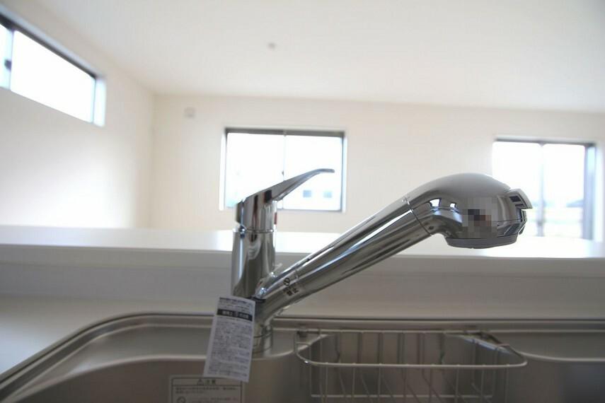 キッチン 水栓一体型の浄水器を設置。 場所を取らずにきれいな水がいつでも利用できます