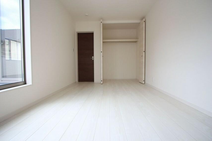 洋室 洋室には全てクローゼットがございます。 沢山の衣類や小物もすっきり整理できますね。