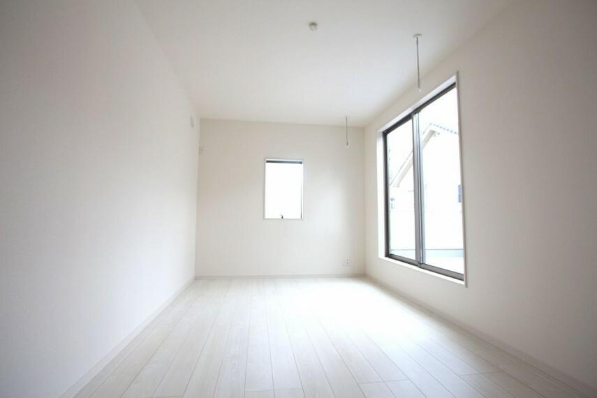 洋室 全室南向きで晴れた日のお昼間なら照明をつけなくても過ごせます。