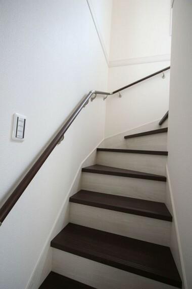 リビングを通らずに2階へ行ける配置。 プライバシーも保たれ、冷暖房効率も損ないません! 手すり付きでお子様やお年寄りでも安心です。