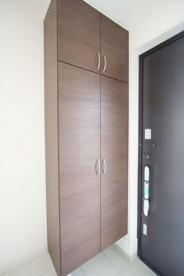 玄関 大容量のシューズボックスは30足程度入ります。 散らかりがちな場所の整理に役立ちます