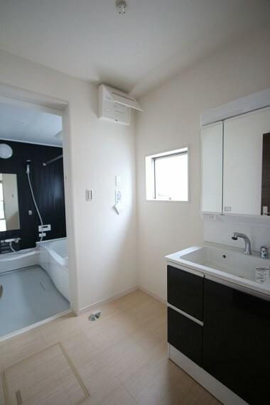 洗面化粧台 大型の洗濯機も無理なく設置できる広さを確保。 洗面台は便利なシャワー付きです。
