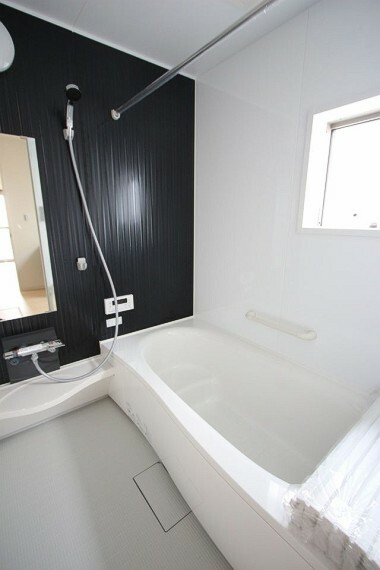浴室 半身浴もゆっくり楽しめる1坪の広々浴室。 お子様と一緒のバスタイムも楽しめますね。
