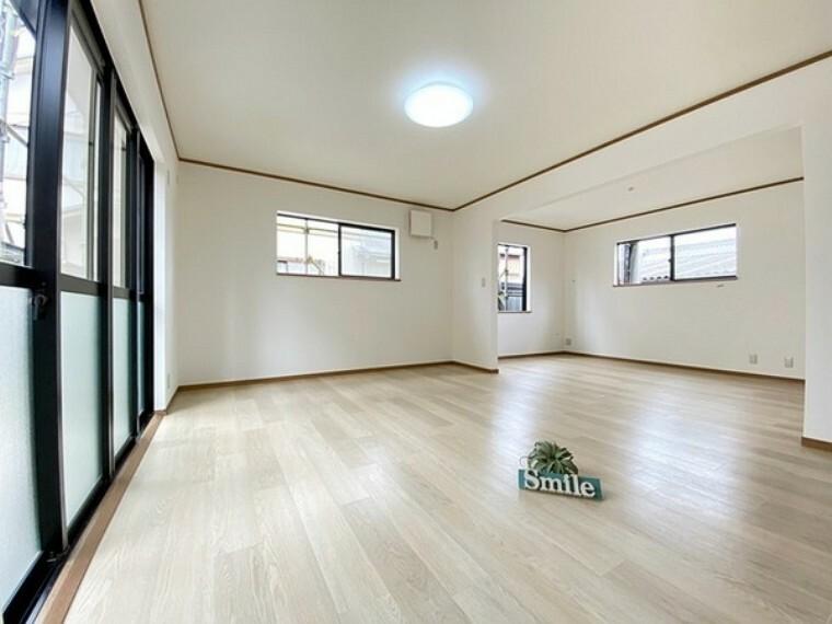 居間・リビング 合わせて20.5帖の広々LDK 大きく開かれた窓は明るい日差しが注ぎこみここちよいLDK空間にしてくれます