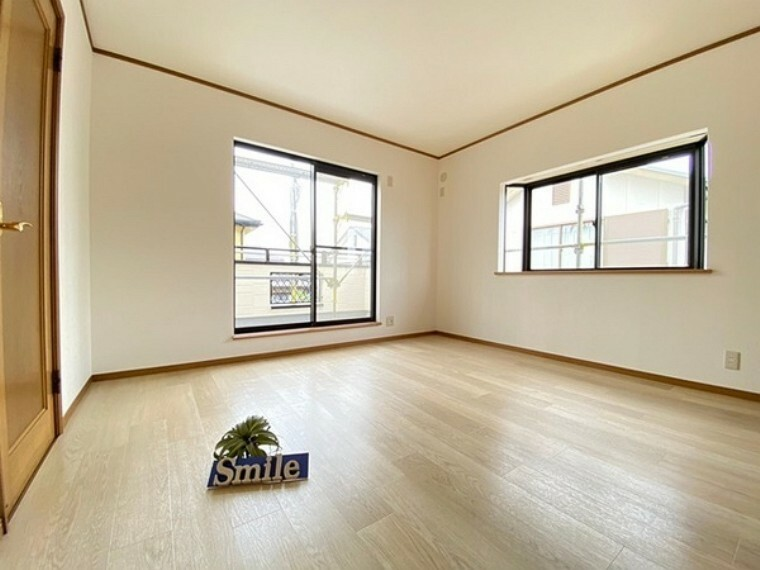 洋室 8帖の洋室 バルコニーへ出られる大きな掃き出し窓からは陽射しが注ぎ込み快適なプライベート空間です。