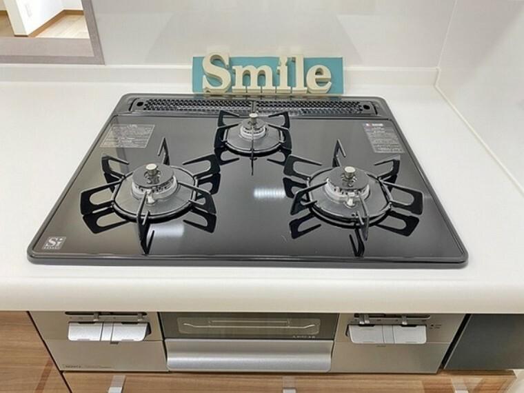 キッチン ガスコンロは全バーナーに温度センサーが搭載されたSiセンサーガスコンロです。調理油過熱防止装置や消し忘れ消火機能等で、楽しく安全に料理できます。