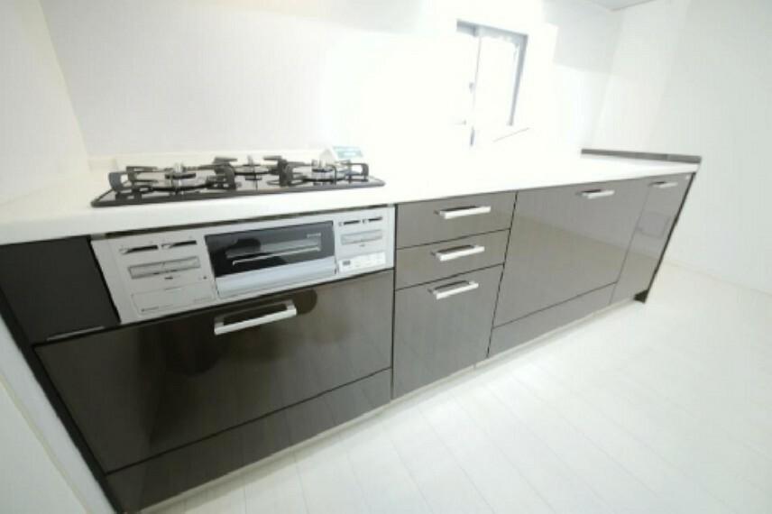 キッチン 窓の有る明るいキッチン!新規交換済みのシステムキッチンです!