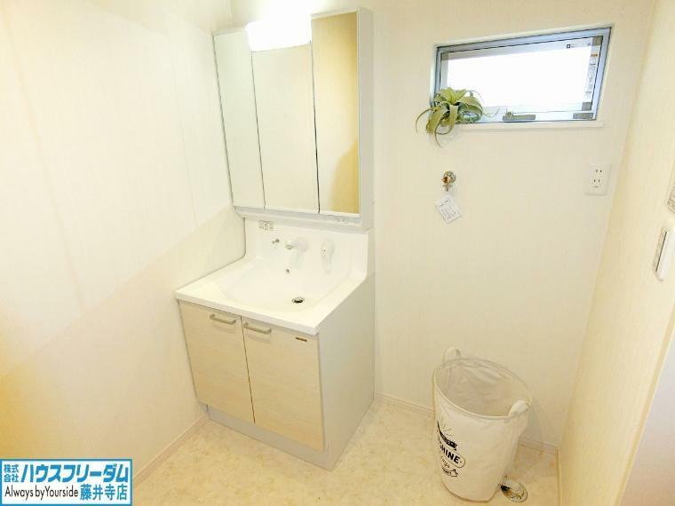 洗面化粧台 収納のある洗面所は家族の小物も片付きます!
