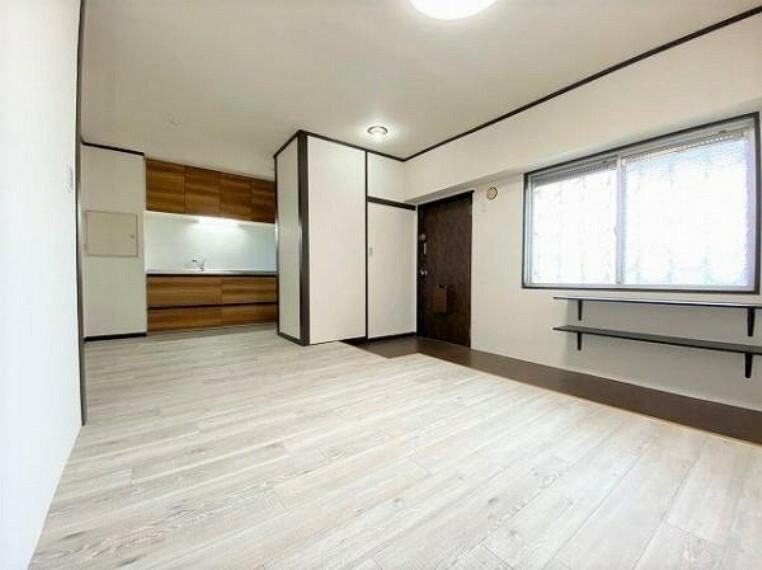 居間・リビング 玄関から繋がるリビング。フロアタイルに張替済みでキレイです!